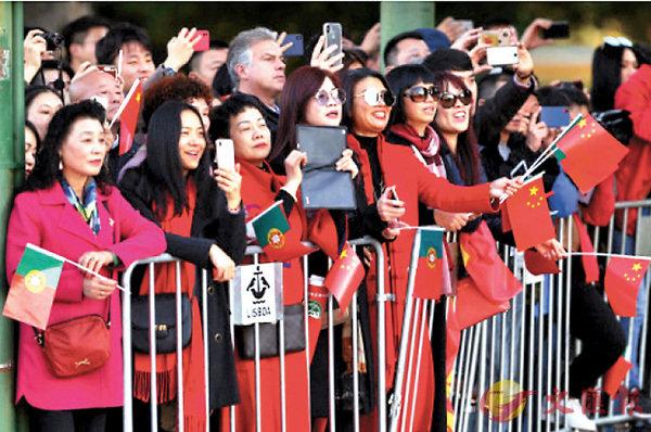 ■習近平出訪西班牙時,當地華人到場迎接。 網上圖片