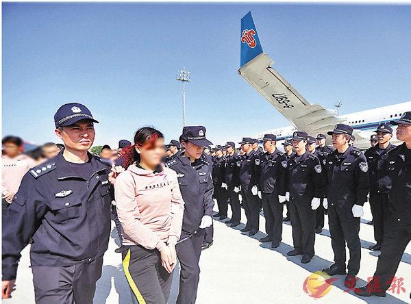 ■疑犯昨日被押解回国。 警方供图