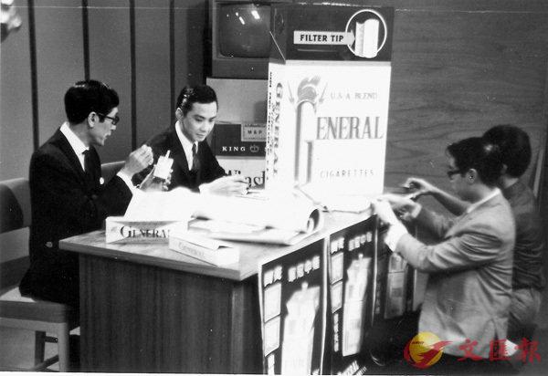 ■當年《歡樂今宵》的現場廣告是每名藝員的考牌之作,圖為杜平正在準備現場廣告的小攤位。