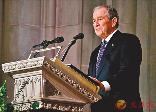 ■布什幽默地訴說父親的哲理,眼中熱淚盈眶。 法新社