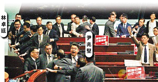 ■ 民主黨立法會議員尹兆堅及林卓廷涉嫌在今年6月以暴力衝擊立法會會議,令兩名保安人員受傷。昨日警方向兩人發出 「預約拘捕」 通知。 資料圖片
