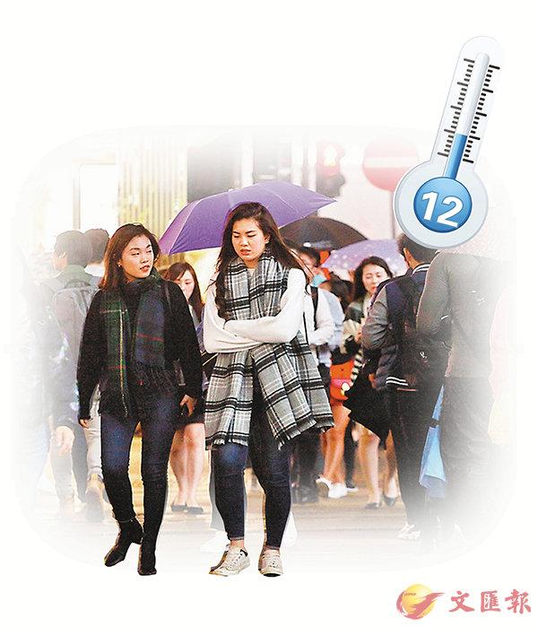 ■市民紛穿厚衣。   香港文匯報記者曾慶威  攝