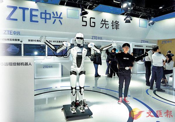 ■机械人与操作员动作高度协同,实现人机共舞。 香港文汇报记者敖敏辉摄