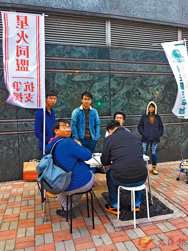 ■12月8日, 「星火同盟」天水圍的街站,「獨人」一見有人拍攝即非常緊張。香港文匯報記者齊正之  攝