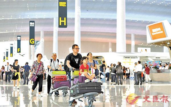 ■廣東已制定實現世界級機場集團「兩步走」戰略時間表,至2025年建成世界級機場集團。圖為乘客在廣州白雲國際機場T2航站樓準備辦理乘機手續。   資料圖片