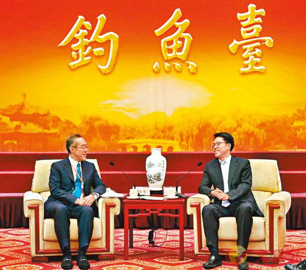 ■張曉明(右)和唐英年交流。 香港文匯報記者沈清麗  攝