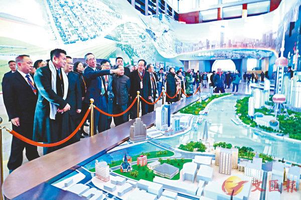 ■唐英年和眾團員參觀改革開放40周年大型展覽。 香港文匯報記者沈清麗  攝