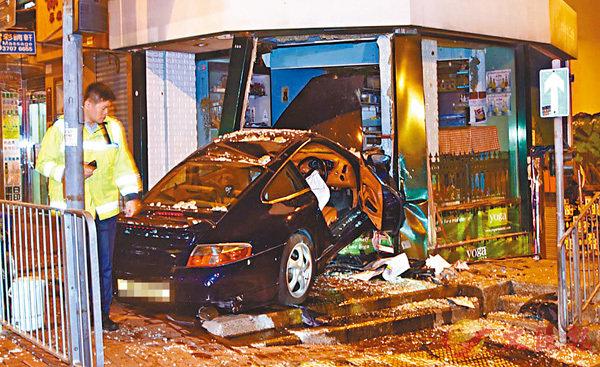 車禍中,肇事保時捷車頭撞入咖啡店。