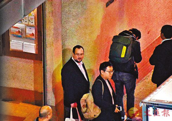 ■12月11日晚上,凱大熊(左一)離開「港獨」聚會現場。 香港文匯報記者張得民  攝