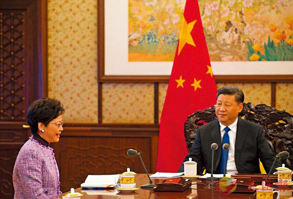 ■特首林鄭月娥(左)昨日下午在北京向國家主席習近平述職。