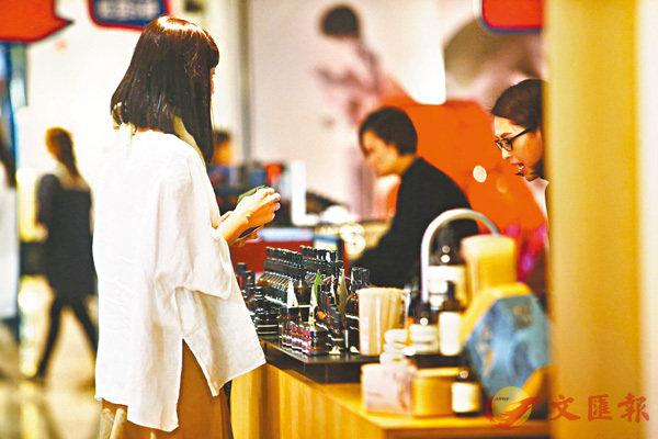 ■市面上55款香水全部樣本檢出最少4種香料致敏物質。 香港文匯報記者莫雪芝  攝