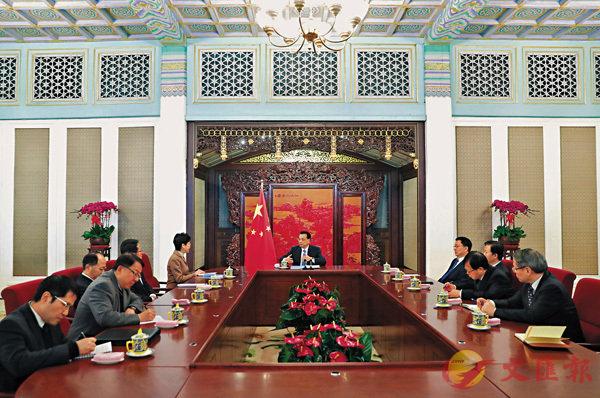 ■李克強昨日會見到京述職的林鄭月娥,他希望特區政府抓住國家新一輪改革開放機遇,作出新貢獻。 中新社