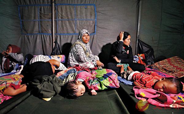 ■ 災民失去家園,棲身臨時避難所。美聯社
