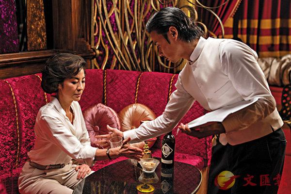 ■透過將酒杯互相推拉但滴酒不灑的過程,張晉和楊紫瓊表現功夫底蘊。