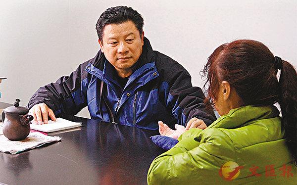 ■貴州中醫汪毅行醫逾40載,仍從不間斷地每天保持為病人坐診。香港文匯報記者周亞明 攝