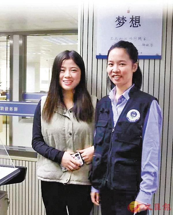 ■小竇(左)終於見到了當時為她充話費的接警小姐姐李潔婷。一見面,她抑制不了內心的激動,擁抱住對方。 網上圖片