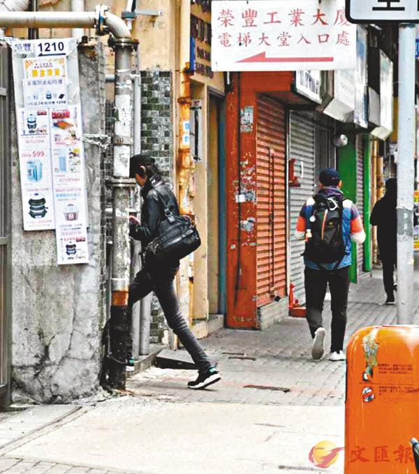 ■上月30日,阿湯獨自步入「港民陣」設在荃灣一座大廈內的貨倉。 香港文匯報記者張得民 攝