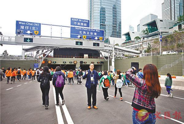 ■百萬行吸引市民踴躍參與,大家紛紛拍照留念,記錄美好時刻。 香港文匯報記者莫雪芝  攝