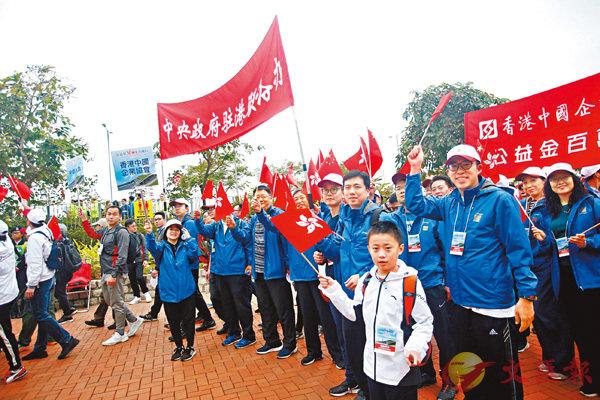■中聯辦共70餘名幹部員工和家屬參加,踐行「與香港市民『行埋一起』」的職責使命。 香港文匯報記者莫雪芝  攝