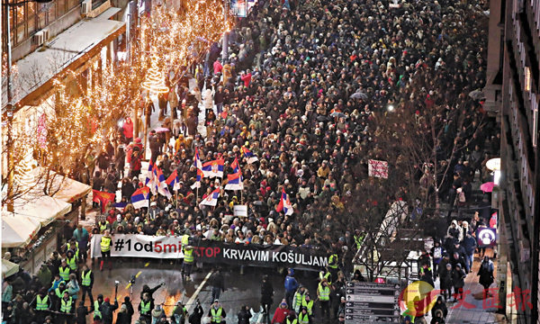 ■貝爾格萊德1.5萬人反政府示威。路透社