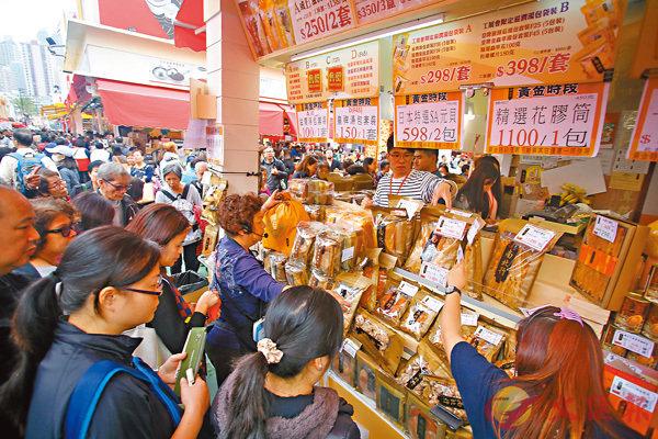 ■工展會昨日收爐,市民標尾會搶購心頭好。  香港文匯報記者莫雪芝  攝