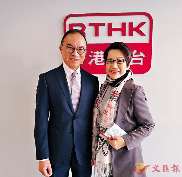 ■香港入境事務處曾國衛處長和淑梅姐合照。 作者提供