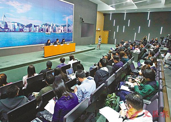 ■聶德權舉行記者會,解釋《國歌條例草案》。 香港文匯報記者劉國權  攝
