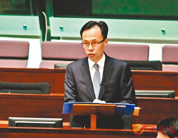 ■聶德權於立會回答質詢。香港文匯報記者梁祖彝  攝