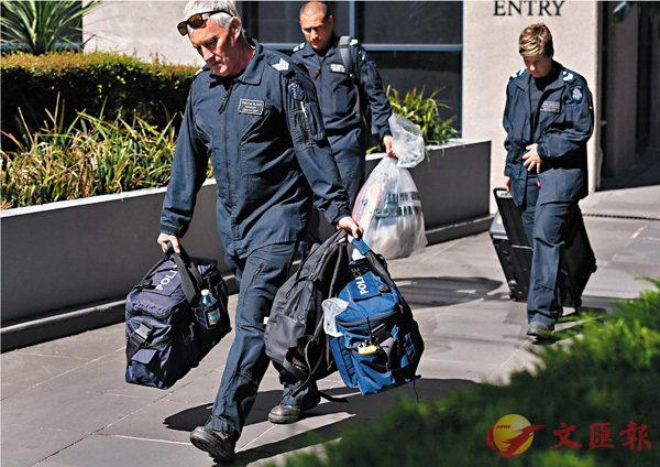 ■當局派員到位於墨爾本的意大利領事館檢走郵包。法新社