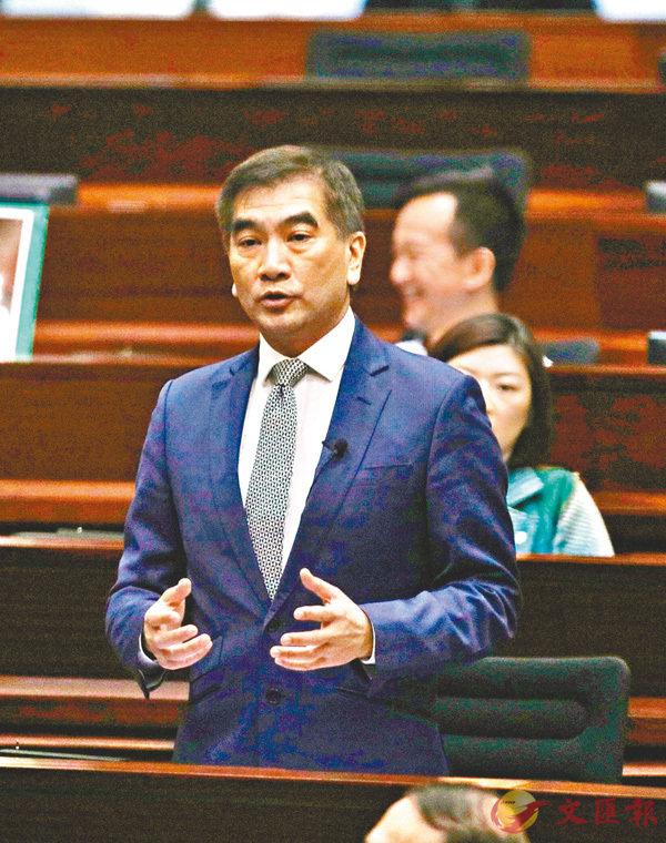 ■鍾國斌在答問會上提問。 香港文匯報記者劉國權  攝