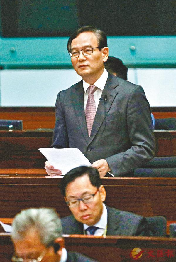 ■謝偉銓在答問會上提問。 香港文匯報記者劉國權  攝