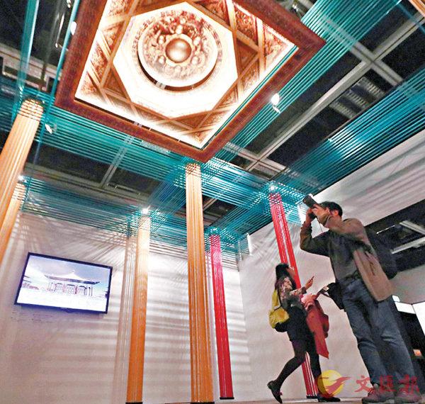 ■展覽內不同顏色絲帶模擬殿內樑柱,重現殿內天花「藻井」,令參觀人士猶如置身其中。香港文匯報記者彭子文  攝