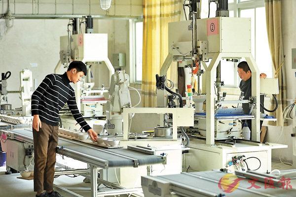 ■圖為廣東一家生產日用陶瓷的民營工廠。 香港文匯報深圳傳真