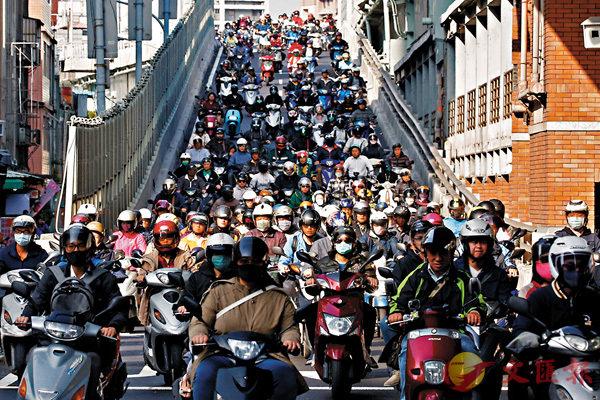 ■調查顯示,85%打工仔擬轉工。圖為台北巿高峰期的交通。 資料圖片