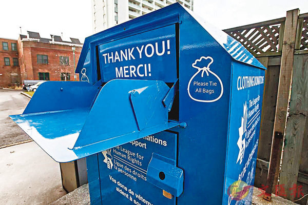 ■加拿大等國的衣物回收箱均以翻動式設計。 網上圖片