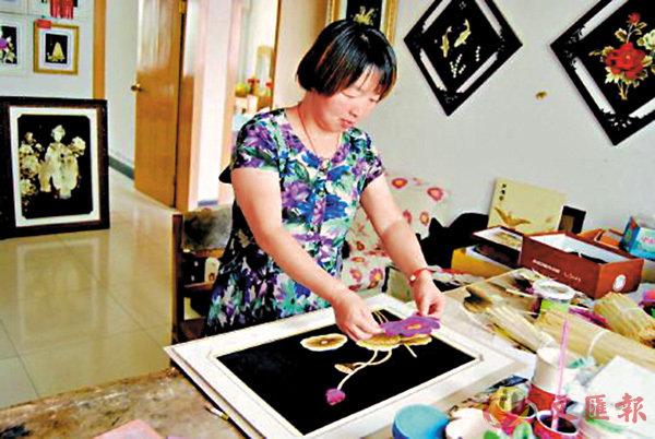 ■冉藝飛在製作麥稈畫。 網上圖片