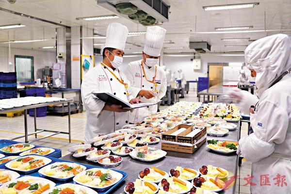 ■北航食品部門在配送水果餐。 資料圖片