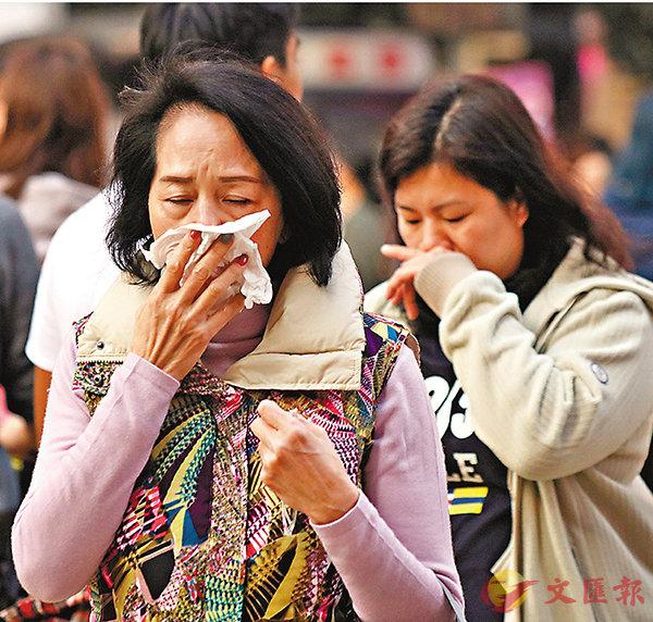 ■對呼吸系統有較強刺激性的臭氧濃度則持續輕微上升。圖為市民掩鼻。 香港文匯報記者劉國權  攝