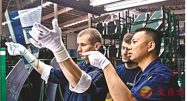 ■在《報告》最新的評級結果中,受中美貿易戰影響,中國企業在美國投資的風險增加。圖為中國汽車玻璃領頭羊福耀玻璃集團在俄羅斯卡盧加的分公司,中國員工為當地員工講解玻璃檢驗方法。 資料圖片