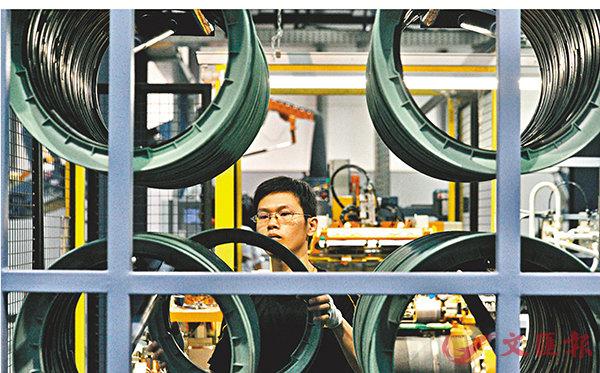 ■2018年1至11月,德國企業對華投資額較2017年同比增幅達86%。圖為工人在德國大陸馬牌輪胎合肥市南崗科技園工廠工作。 資料圖片