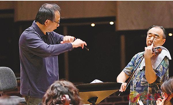■呂紹嘉指揮NSO和林昭亮排練伯恩斯坦的《小夜曲》。NSO提供