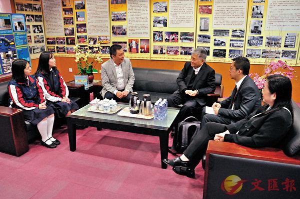 ■楊勳(右三)與師生傾談。 學校供圖