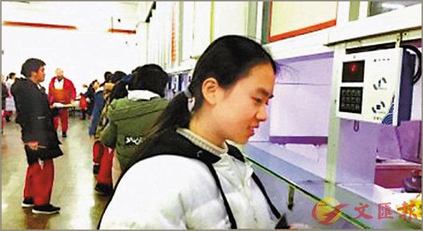 ■學生們開心地在食堂刷卡打飯。網上圖片