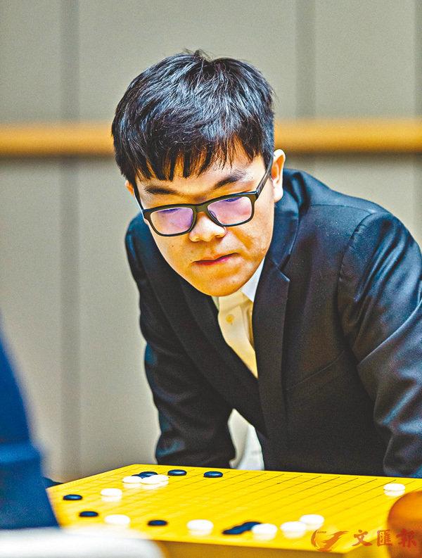 ■柯潔九段以2:0擊敗韓國18歲新秀申真諝。 新華社