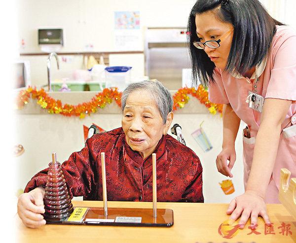 ■照顧長者需要承受非常大的壓力,而香港的資助長者住宿照顧服務需要長時期輪候。 資料圖片