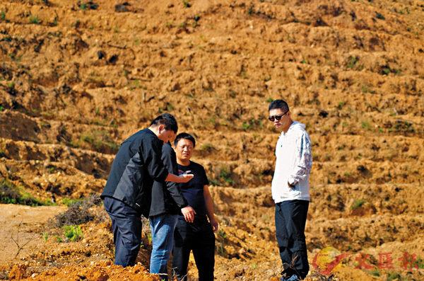 ■謝昌庭(右一)每隔兩三天都要到不同的基地去走走看看 。 受訪者供圖