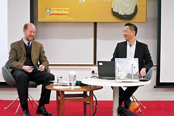 ■Peter Cunich(左)與林準祥日前在港大分享《Old Hong Kong In Colour》中彩色相片所呈現的舊日香港。石婉盈 攝
