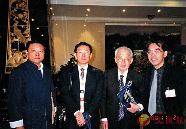■(左起)龔鵬程教授、吳宏一教授、柳存仁教授、潘國森,二零零零年攝於北京。 作者提供