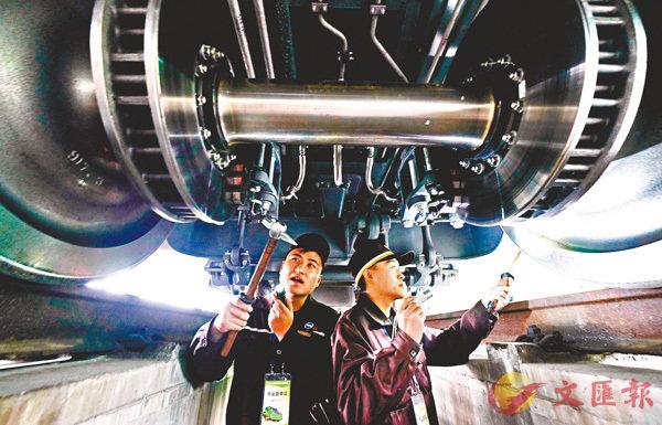 ■ 鐵路員工常常需要鑽車底清理車輪冰雪,保障安全。資料圖片