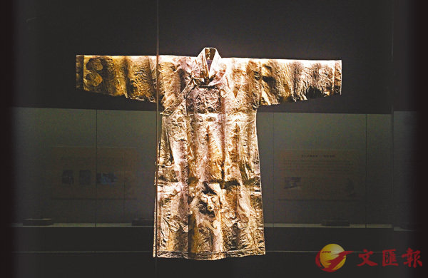 ■現場展出的魚皮衣。香港文匯報記者李陽波  攝